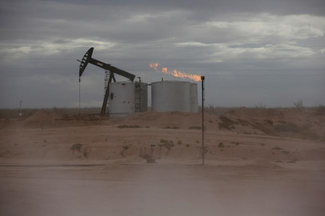IEA數月來首度調降今明兩年原油需求預測。(路透)