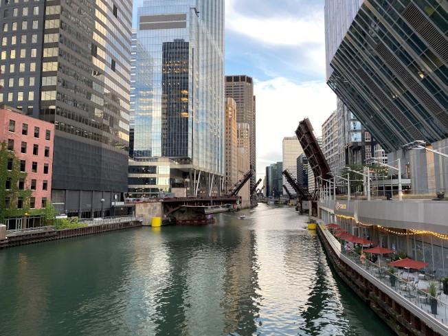 芝加哥市的吊橋,即日起至少到16日,都將在入夜後全部升起。(特派員黃惠玲/攝影)