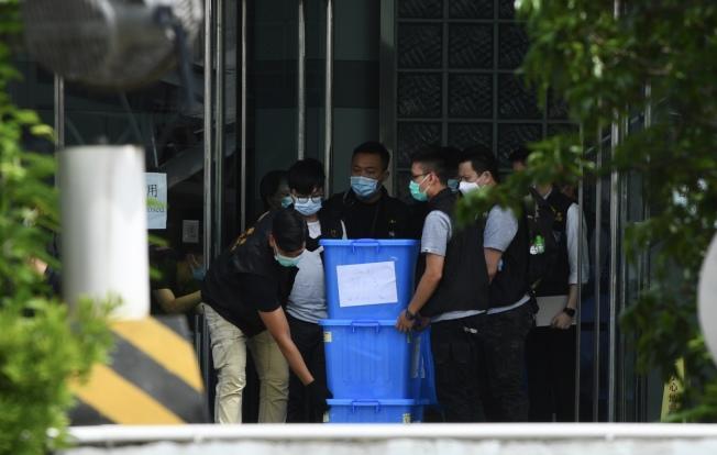 壹傳媒及其高層13日入稟阻警方開箱查閱檢取文件。圖為大批警員10日到壹傳媒大樓進行搜查工作。(中通社)