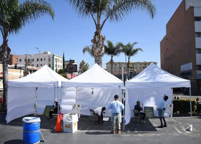 加州洛杉磯民眾在檢測點採樣。(Getty Images)