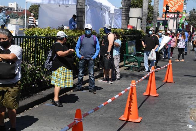 加州洛杉磯市的臨時免費新冠檢測中心。(美聯社)