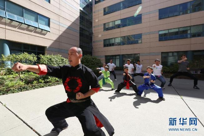 一名老師在舊金山州立大學孔子學院裡教授武術課。(取自新華網)
