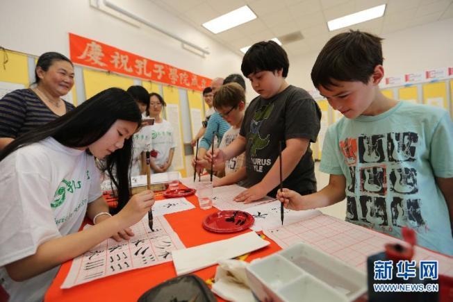 在舊金山州立大學孔子學院裡,幾名美國學生練習中國書法。(取材自新華網)