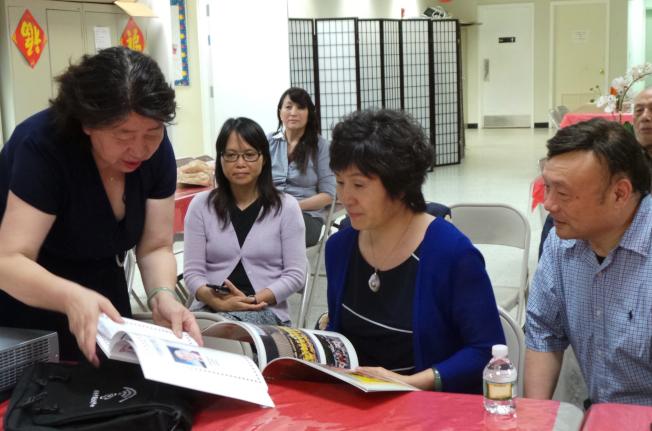 時任中國駐紐約總領事章啟月(右二)訪問麻州渥森市劍橋中國文化中心,聽取中心負責人匯報。(記者唐嘉麗/攝影)