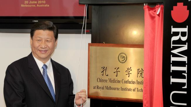 時為中國國家副主席的習近平2010年在墨爾本皇家理工大學為澳洲孔子學院揭牌。(Getty Images)