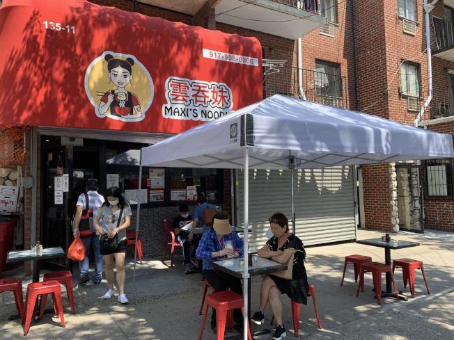 雲吞妹為法拉盛首家成功向市府申請到在人行道上設立餐桌的華人麵館。(法拉盛商改區提供)