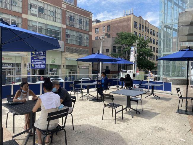 紐約市的堂食尚未開放,法拉盛的餐廳、美食城外,擺上桌椅與小帳篷以戶外就餐的方式招徠顧客。(記者牟蘭/攝影)