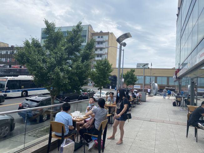 紐約市的堂食尚未開放,法拉盛的餐廳、美食城外,擺上桌椅以戶外就餐的方式招徠顧客。(記者牟蘭/攝影)