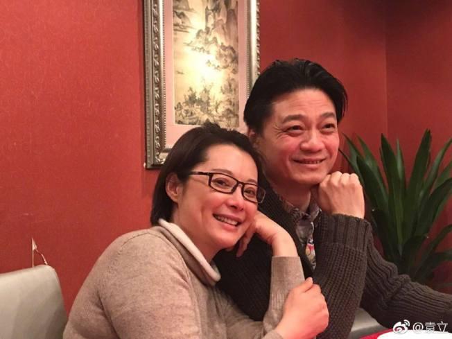 女星袁立(左)的丈夫梁太平,近日在微信朋友圈發文,指崔永元(右)患病入院搶救。(微博@e收藏)