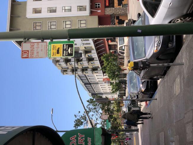 華埠一些停車位設為黃色咪錶,早上10時前為貨車專用停車位,有市民拿到罰單。(記者劉先進/攝影)