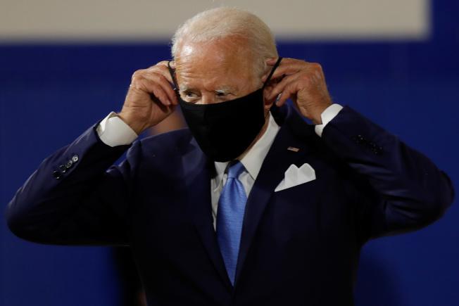 民主黨準總統候選人白登13日呼籲各州州長立即要求民眾戴口罩,這樣可使美國少死4萬人。(路透)