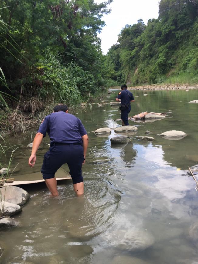 劉姓男子失蹤九天,他託夢家人「在水裡」,警方和救難人員13日下水搜索,果然找到屍體。(圖:嘉義市救難協會提供)