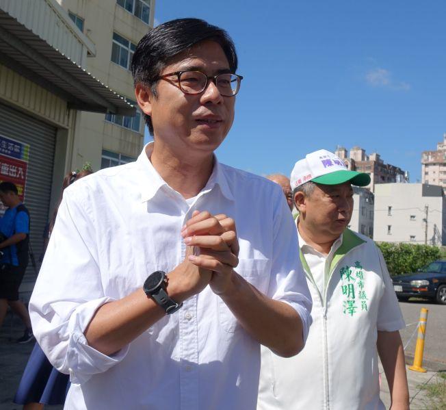 選前倒數衝刺,高雄市長民進黨候選人陳其邁(前)向選民「拜託再拜託」。(記者楊濡嘉/攝影)