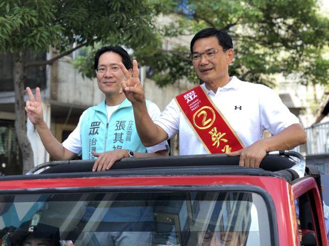 高雄市長民眾黨候選人吳益政(右)13日回歸陸戰採車隊掃街,爭取選民支持。(記者王慧瑛/攝影)