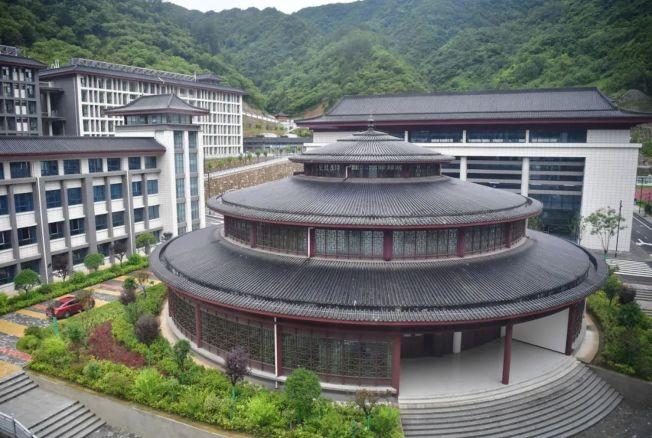 去年才摘帽的陝西深度貧困縣鎮安縣,砸7.1億蓋了所超豪華中學。圖為天壇造型的圖書館。(取材自新華視點微信公號)