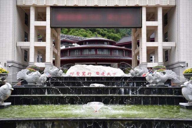 壯觀的四層噴泉「鯉魚跳龍門」水景,光是校訓石碑就花費了5、6萬元。(取材自新華視點微信公號)