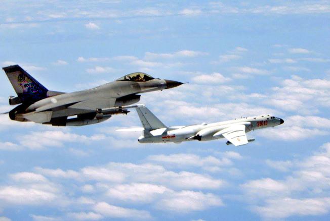 解放軍宣布在台灣海峽與台灣南北端軍演,近來解放軍戰機頻頻進入台空域範圍,圖為今年1月台空軍F16戰機(左)攔截解放軍轟6K照。(中華民國國防部提供)
