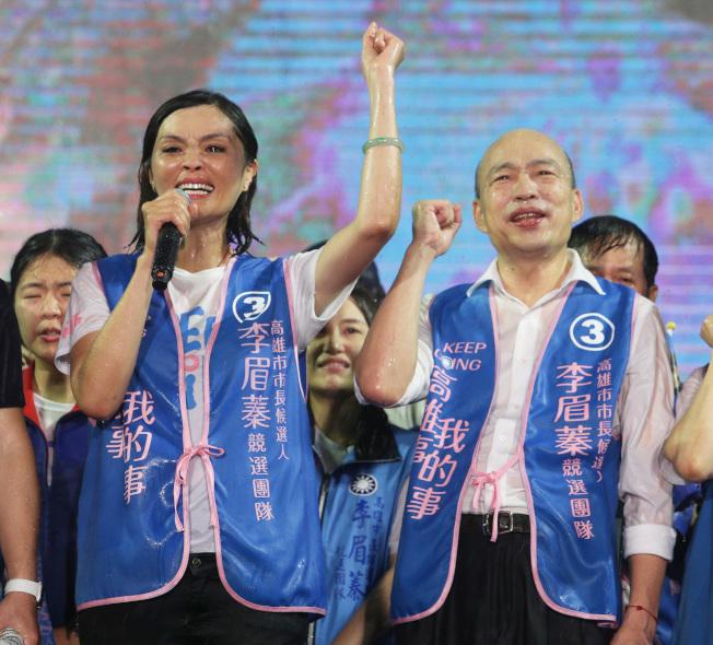 高雄市前市長韓國瑜(右)現身幫李眉蓁(左)站台,現場下起傾盆大雨把所有人淋濕,不過大家士氣高昂,要大家勇敢投票給李眉蓁。記者劉學聖/攝影