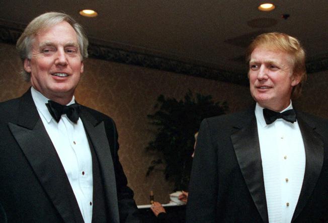 圖為川普總統(右)和他的弟弟羅伯特‧川普(Robert S.Trump,左)在1999年出席紐約的一場活動場合。美聯社