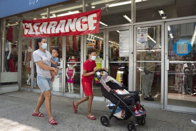 全美解封,重啟經濟活動,民眾互動接觸大幅增加,公衛專家非常擔心新冠病毒傳播機率也增加。圖紐約州解封後上州維農崗市的居民逛街。(美聯社)