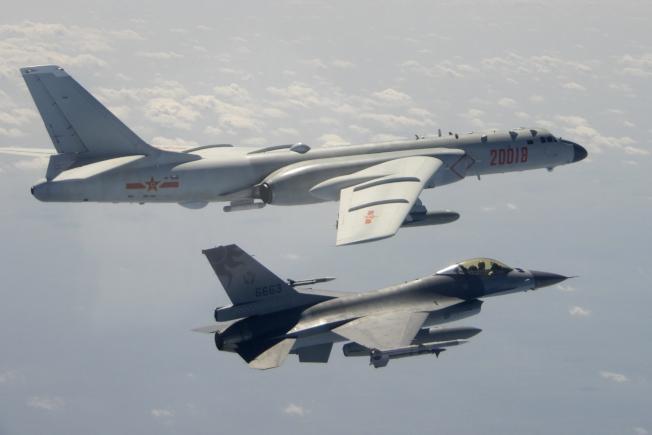美國防部14日發布軍售合約,包括與洛克希德馬丁公司約定打造90架F-16戰機,其中就包括台灣訂單,814為中華民國空軍節。圖為今年2月10日台方軍機F-16,升空監視飛臨的中方轟-6 轟炸機。(美聯社)
