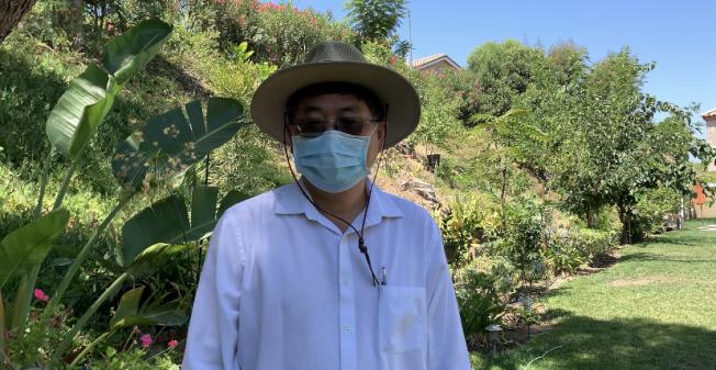 33. 南加華人精神科醫師楊軍在家化身野樵夫享受園藝冥想。(記者張宏/攝影)