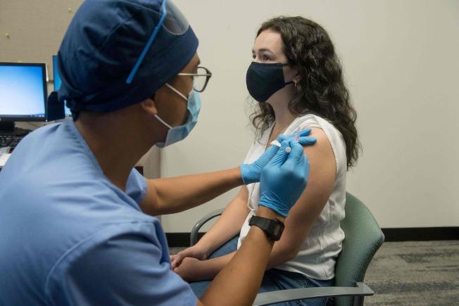 CDC已開始選定全美城市要求起草新冠疫苗的接種計畫。圖為聯邦政府和生技公司莫德納合作研發的新冠疫苗進入第三階段實驗。(Getty Images)
