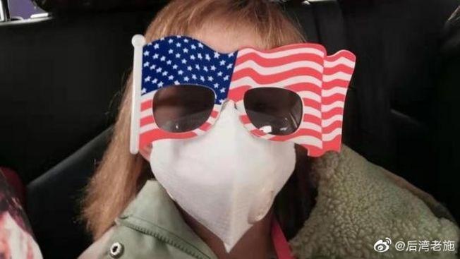 戴著美國國旗墨鏡的妙麗。(取材自微博/圖源:華爾街日報)