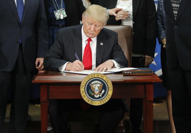 川普總統簽署行政令,將在45天後對抖音和微信採取措施。(美聯社)