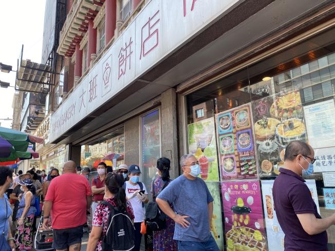 門口有許多顧客排隊換餅。(記者顏嘉瑩/攝影)