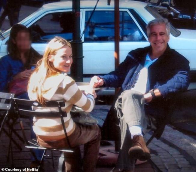 現年40多歲的戴維斯(圖左)是艾普斯坦案中的受害者,曾出面指控自己被艾普斯坦(圖右)強暴多次。圖/每日郵報
