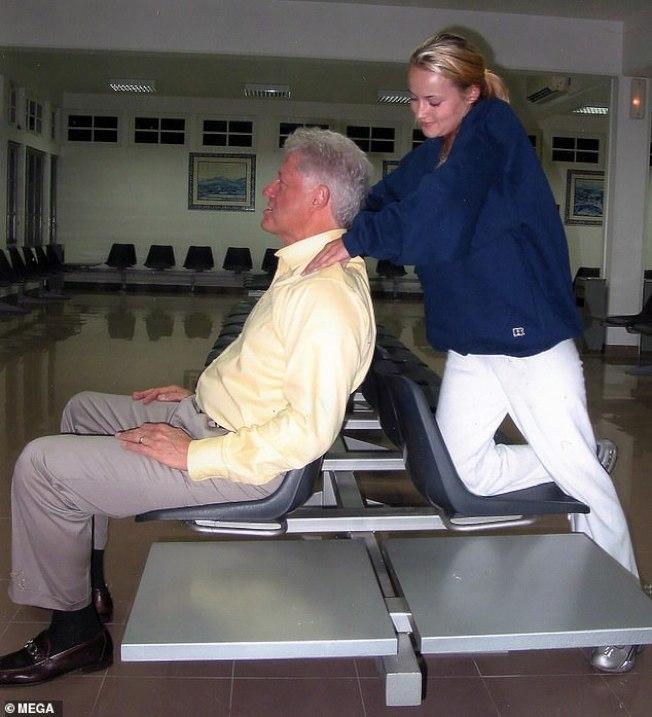新曝光的照片顯示,柯林頓讓22歲的按摩師戴維斯幫他按摩肩膀,臉上露出滿意的微笑。戴維斯也是淫魔艾普斯坦案中的受害者。圖/每日郵報