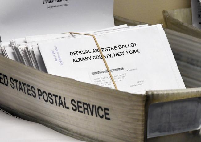 紐約州長葛謨20日簽署行政令,允許全州超過1200萬註冊選民在大選中不在籍投票。(美聯社)