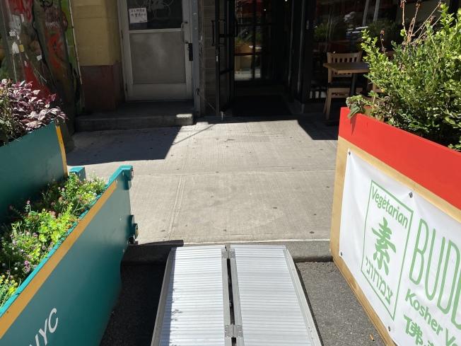 提供戶外就餐的餐廳必須提供殘障人士可用的輪椅通道。(記者金春香/攝影)