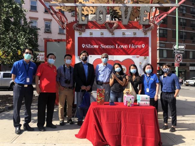 「支持華埠小商業,抹除疫情偏見」,BID抽獎拉經濟,律師駱威方(左四)獲頭獎。(記者張晨/攝影)