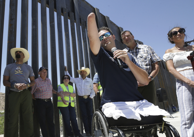 被控洗錢和詐欺的「我們來築牆」組織創辦人考費基,被認為是全美受傷最嚴重的戰爭倖存軍人。圖為他去年在新墨西哥州邊界築牆地點舉行記者會。(美聯社)