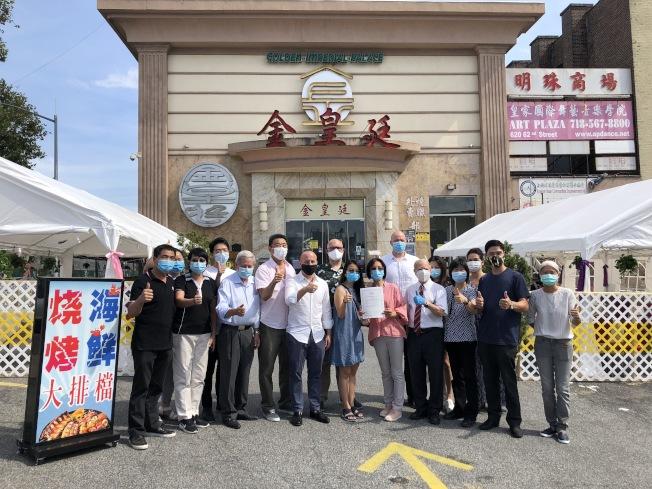 金皇廷大酒樓21日推出「港式海鮮大排檔」,獲得布碌崙南區民選官員的到場支持。(記者顏潔恩/攝影)