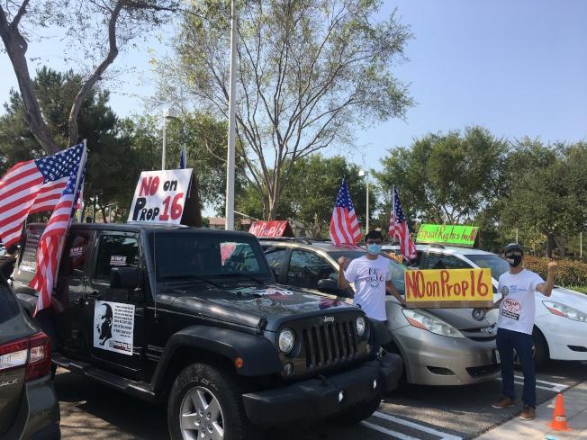 民众在车上贴上标语宣示反对16号提案的决心。 (记者王全秀子/摄影)