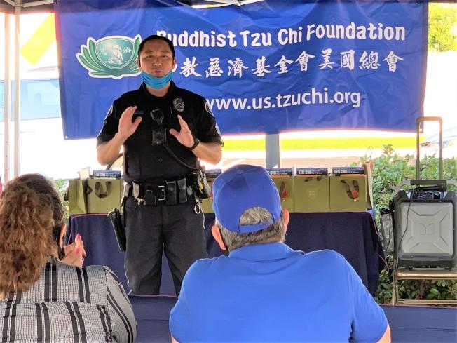 聖塔安那市警官Richard Shin讚揚慈濟發放食品的義舉。(本報記者/攝影)