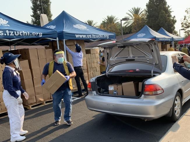 慈濟基金會在聖塔安那進行無接觸式的蔬果食品發放。(本報記者/攝影)
