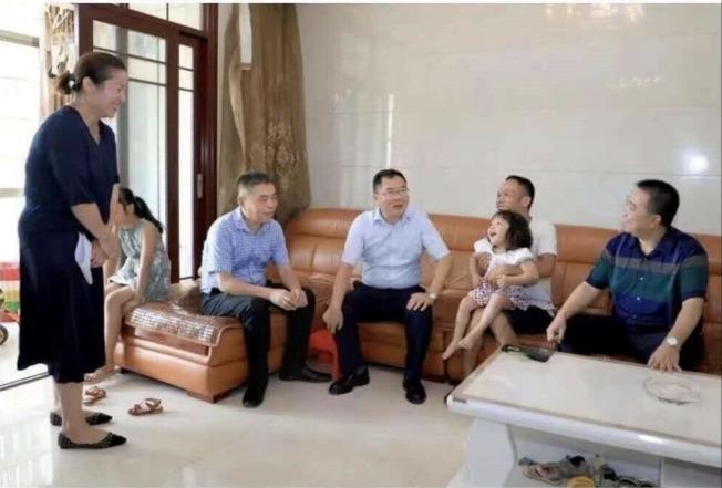 萍乡经开区领导走访贫困户听取意见。(取材自微博)
