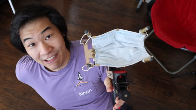YouTuber「Allen Pan」發明口罩槍並實測成功。(影片截圖)