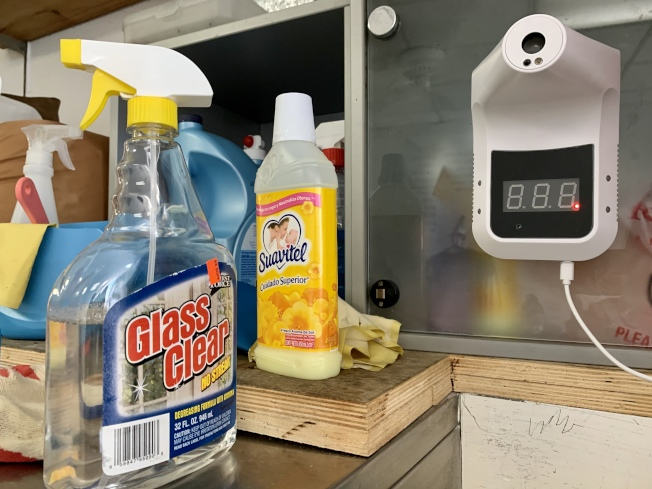 王華為洗衣店購買了免觸碰體溫測量儀等防疫和清潔用品。(記者劉大琪/攝影)