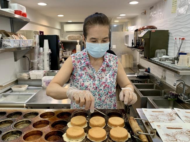 在車輪餅店營業的最後一天,呂Jennifer仍堅持親手為客人做車輪餅。(記者劉大琪/攝影)