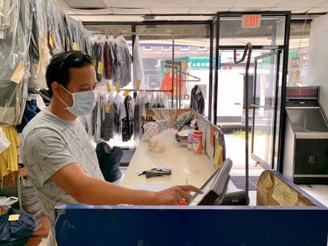 洗衣店競爭本就非常激烈,新冠肺炎疫情讓王華的生意更不好做。(記者劉大琪/攝影)