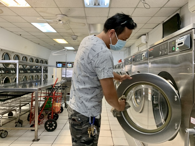 王華表示,房租、地稅、水費等壓力巨大,準備把洗衣店關掉。(記者劉大琪/攝影)