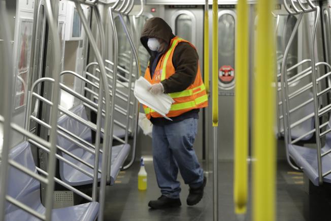 MTA員工在紐約市的地鐵列車上清潔和消毒。(美聯社)