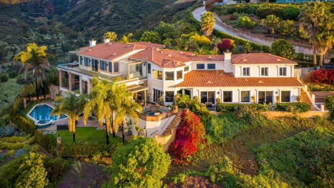 Airbnb的豪宅版上顯示,洛杉磯沿海地區近期近期只剩馬里布的一棟豪宅可租,標價為7000元一晚。(取自Airbnb Luxe)