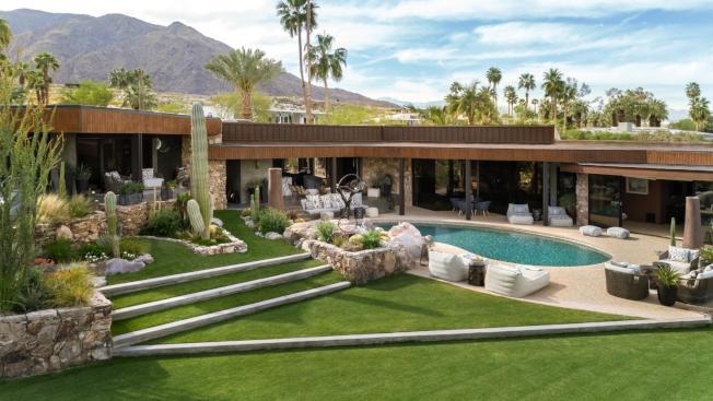 圖為棕櫚泉的一棟度假屋出租,價格4995元一晚。(取自Airbnb Luxe Homes)