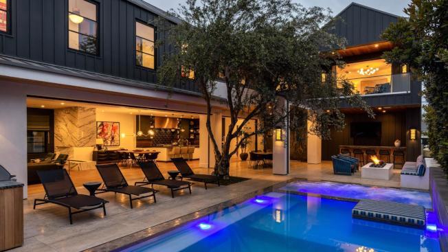 杭廷頓灘的一棟豪宅短租,2500元一晚。(圖片取自Airbnb Luxe)